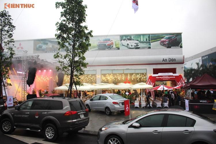 """""""Đột nhập"""" showroom Mitsubishi triệu đô tại Hà Nội"""